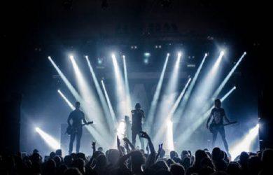 Ett rockband på en scen