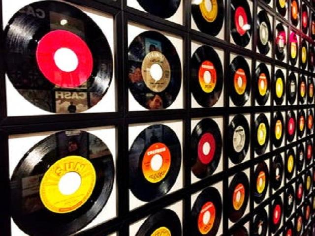 Lp-skivor på en vägg
